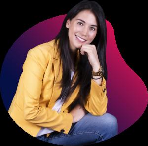 Marisol Hernández Díaz sobre fondo de color